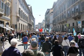 25 aprile: 11 fra le bandiere in piazza e i perchè di chi le porta