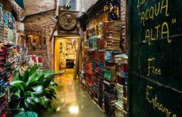 """Libreria """"Acqua Alta"""": un mondo di libri a Venezia"""