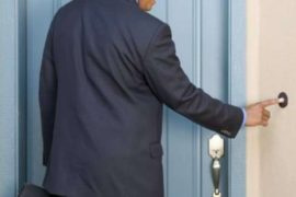 Il venditore porta a porta e il mondo delle mezze (o nulle) verità