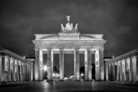 Porta di Brandeburgo al buio, accesa la polemica