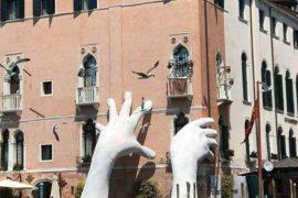 L'installazione Mani Grandi a Venezia maestra di sostenibilità