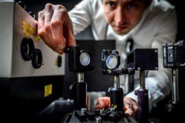 La fotocamera da 5 migliaia di miliardi di fps che ferma il tempo