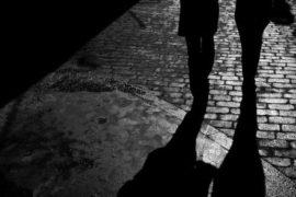 """Noir e macabro: quando il presente diventa """"un'assurda normalità""""."""