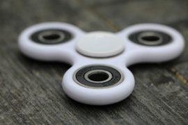 Fidget spinner: qual è il fenomeno fisico che li fa funzionare?