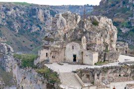 Roccia e visioni suggestive: le cinque chiese più belle d'Italia nella roccia.