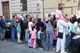 Lasciare che i propri figli escano da soli da scuola è abbandono di minore?