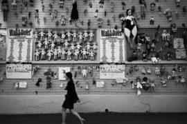 IL 'MURO DELLE BAMBOLE' DI JO SQUILLO: DENUNCIA PUBBLICA CONTRO LA VIOLENZA SULLE DONNE