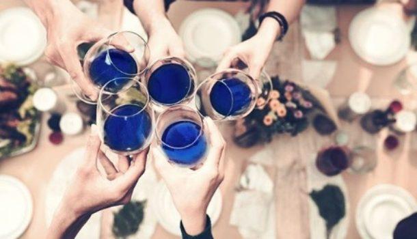 Rosso, bianco o rosé? Un bicchiere di blu, grazie.