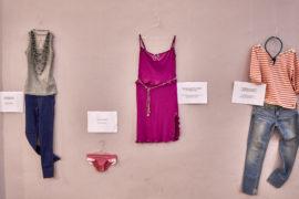 """""""Com'eri vestita?"""": la mostra contro la violenza sulle donne di Cerchi d'Acqua. Curata da Francesca Rocculi"""