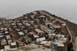 """Il """"Muro della vergogna"""" a Lima"""