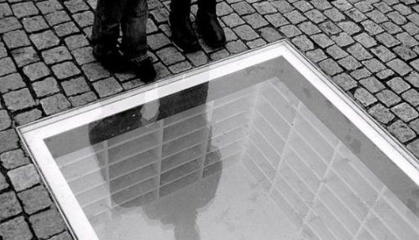 Il monumento berlinese in memoria del rogo dei libri