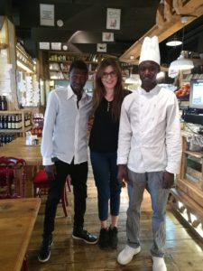 Laura con due studenti gambiani della scuola italiana, una domenica pomeriggio
